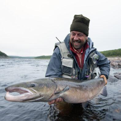 Lykkelig mann med stor fiskefangst