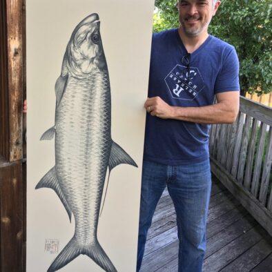 Glad mann holder et tegnet bilde av laks